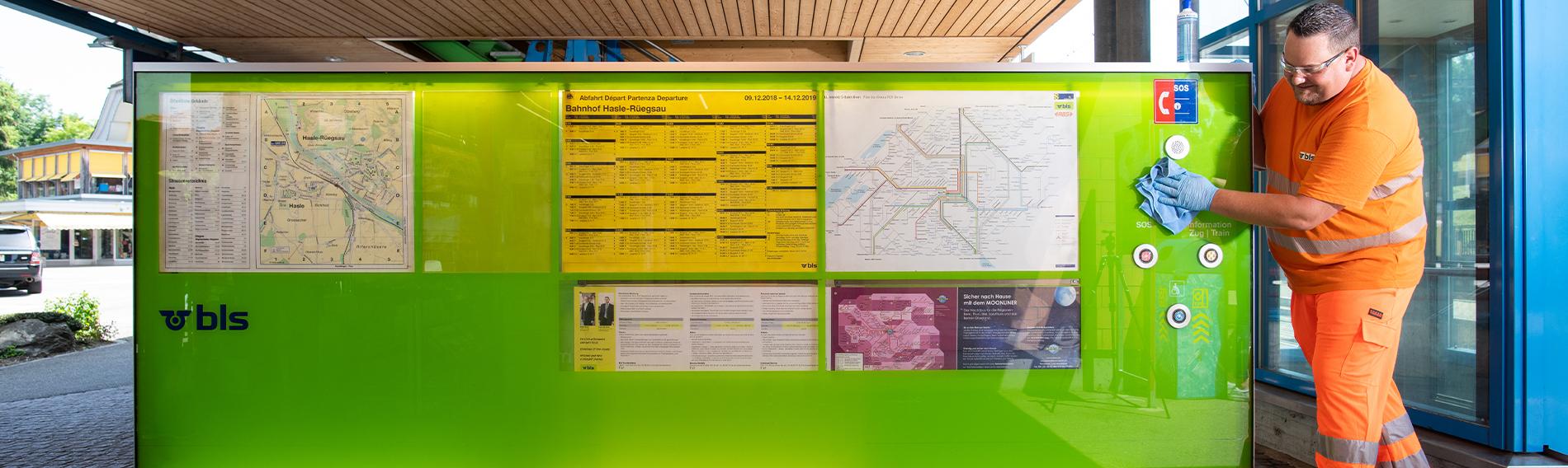Rengöring av tågstationen Hasle-Rüegsau vid Bern, Schweiz